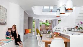 Radikální přestavbou z úzkého domu vznikl útulný domov pro rodinu