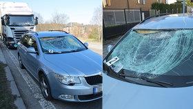 Kus ledu z kamionu jim roztříštil čelní sklo: Odskákal to spolujezdec!