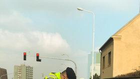 Bezdomovec schválně zvracel, muž z nudy mával na hlídku rouškou! Policisté mají během koronavirové krize plné ruce práce