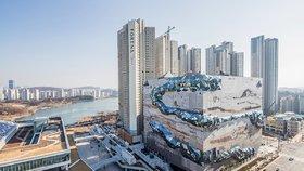 Architekti zabalili obchodní dům do mozaiky s třpytivými chodníky