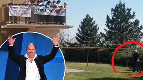 Michal David zpívá seniorům i nemocným dětem: Rozjel mejdan pod okny!