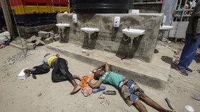 """""""Umřeme hlady,"""" obávají se opuštěné africké děti. Kvůli koronaviru nemají potraviny"""