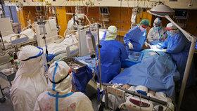 """Koronavirus hraje u smrti často """"druhé housle"""". Lékaři: Češi umírají z jiných příčin"""