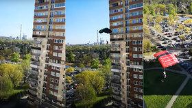 Hazardéři s padáky vyskočili z věžáku! Jejich hru se smrtí natočil pohotový soused!