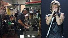 Nouze v době karantény: Rocker Jon Bon Jovi pracuje v restauraci! Co tam dělá?