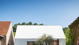 To musíte vidět! Bílý zahradní domek zdobí průsvitná šupinatá fasáda