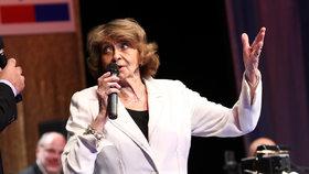 Yvetta Simonová (91) s rouškou upadla: Rychlá operace a strach na sále!