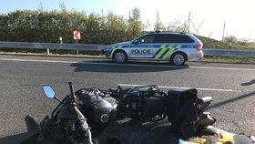 Mladý motorkář naboural do odbočujícího auta: Řidička (†55) zemřela