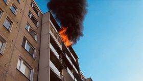 Několik zraněných po požáru v paneláku v Šumperku: Byt prý byl zavalený hořlavým materiálem