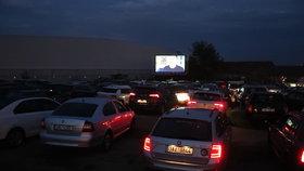 Unikátní zážitek! Do autokina u letiště v Praze najeli řidiči. O první promítání byl veliký zájem
