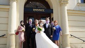 """""""Ona pláče! Ona pláče,"""" smál se ženich na »koronavirové« svatbě: Roušky snoubenci mít nemuseli"""