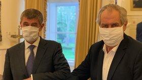 Zeman s Babišem v rouškách o koronaviru. Vláda tasila recept na ochranu Čechů