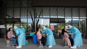 """Druhá vlna dorazila? Čína """"zamkla"""" dvě města, v karanténě jsou miliony lidí"""