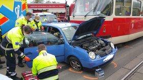 Tramvaj se v Michli srazila s autem! Zraněného řidiče museli vyprostit, doprava stála