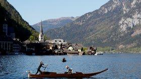Malebná rakouská vesnička měla turistů nad hlavu. Teď touží po jejich návratu