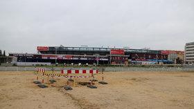 Díra před letenským stadionem je asi jímka: Otázkou zůstává, jak je vlastně veliká