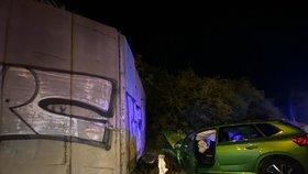 Ošklivá nehoda ve Stodůlkách: Osobák naboural do betonové zdi, řidič (35) je ve vážném stavu