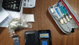 """Policisté při silniční kontrole odhalili drogy. Řidič (26) je měl v batohu i """"v sobě"""""""