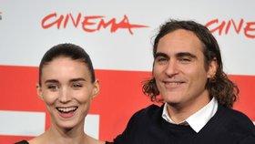 »Joker« Joaquin Phoenix bude otcem! Snoubenka je v šestém měsíci těhotenství