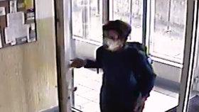 Chvíle hrůzy ve výtahu: Muž pohlavně zneužil dívenku (11)! Sahal jí mezi nohy, hledá ho policie