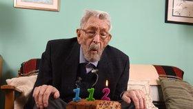 Nejstarší muž na světě (†112) podlehl rakovině. Poslední oslavu zhatil koronavirus