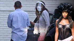 Takhle ji neznáte! K smrti vyděšená Naomi Campbellová se štítem i rukavicemi