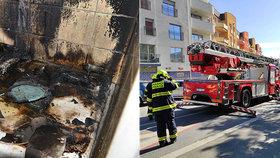 Ranní požár na Břevnově: Oheň propukl v kuchyni, starší muž skončil v péči záchranářů