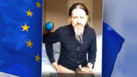 Kamera načapala europoslance v nedbalkách. O rozpočtu EU debatoval bez kalhot