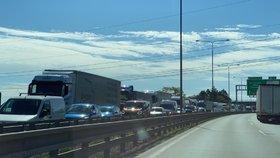 Kolony na Pražském okruhu! Hořel kamion plný pečiva, dopravu komplikovala i hromadná nehoda