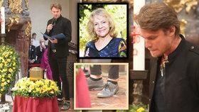 Krátké kalhoty dlouhého Dyka! Urostlý zpěvák na pohřbu Pilarové (†80) šokoval módní kreací
