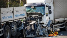 Dva náklaďáky mezi sebou na Pražském okruhu sešrotovaly auto! Ženu (32) vyprošťovali 40 minut