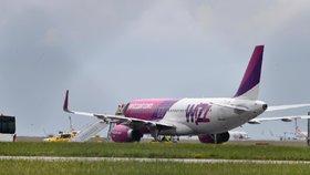 Drama na palubě! Muži se udělalo zle, letadlo z Británie muselo přistát v Praze. Záchranáři měli kvůli koronaviru obleky