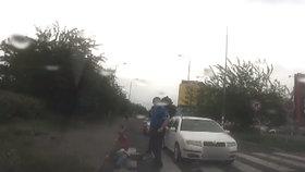 VIDEO: Auto na přechodu na Střížkově sejmulo stařenku (80)! Zraněné ženě pomohli strážníci
