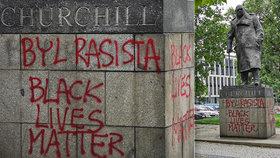 """""""Churchill byl rasista."""" Vandal počmáral jeho sochu v Praze 3, stejně jako demonstranti v Londýně"""