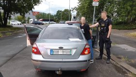Dvě mouchy jednou ranou! Policisté chytli během pár minut narkomana i dealera. Prozradila je náhoda