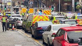 Tragédie v Británii: Po útoku nožem šest zraněných, pachatel zemřel. Policista bojuje o život