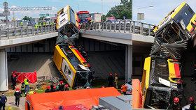 Autobus MHD se zřítil z mostu a zemřel v něm člověk: Řidič byl pod vlivem drog!