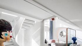 Luxusní apartmán s výhledem na oceán zdobí oblé křivky a extravagantní sochy