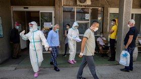 Koronavirus ONLINE: Nakažený prezident, návrat roušek u sousedů a zákaz vycházení v Srbsku