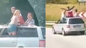 Parta mladistvých policii pořádně zvedla mandle: Lezli za jízdy z osobáku