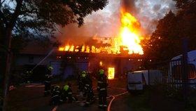 VIDEO: Na jihu Prahy v Točné zasahovalo v noci sedm hasičských jednotek. Vzňala se tam stodola