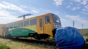 Vlak smetl osobní auto na přejezdu na Pelhřimovsku: Řidička (†67) na místě podlehla zraněním