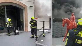 Požár v Museu Kampa: Výstavní prostory zavalil hustý dým. Co bude se vzácnými uměleckými díly?