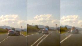 Zběsilá honička na Domažlicku: Piráta silnic zastavili policisté nárazem v plné rychlosti