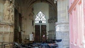 V katedrále byla tři ohniska požáru. Policie vzala do vazby uprchlíka, který ji měl zamknout