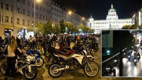 Burácení motorů v noční Praze: Několik stovek motorkářů tradičně projelo ulicemi metropole