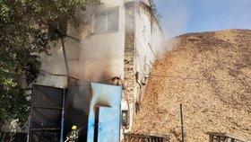 Požár v průmyslovém areálu v Letňanech: Hasiči vyhlásili třetí stupeň poplachu