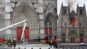 Zpustošenou katedrálu opraví stát. Policie pátrá po žháři, uprchlíka propustila