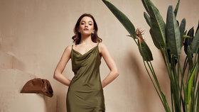 Slip dress nepatří jen do ložnice! Vklouzněte do ikonických saténových šatů, které milují celebrity
