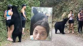 Na ženu v parku vyskočil medvěd: Neohrožená turistka si s ním udělala selfie!